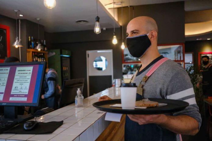 La Provincia analiza disponer que solo los vacunados ingresen a bares y restaurantes