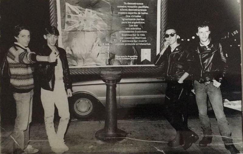 Julio y Federico Mouras (Virus) junto a Stuka y Pil Trafa (Los Violadores) posan con el afiche del Festival. (Twitter)