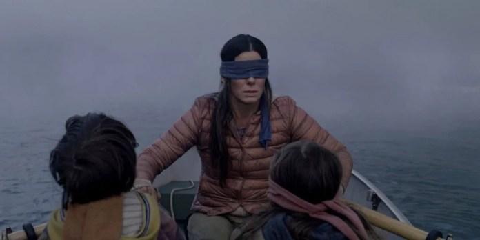 """Da esquerda, Julian Edwards, Bullock e Vivien Lyra Blair em """"Bird Box""""."""