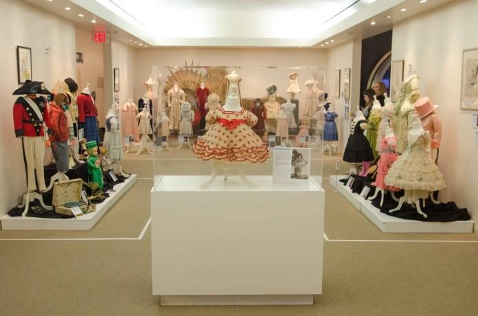 Algumas das coleções de Shirley Temple em exposição no Museu de História de Santa Monica. Imagem: Santa Monica History