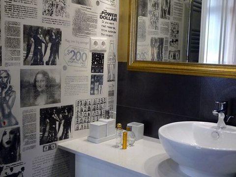 decoração com jornal - parede revestida com jornal