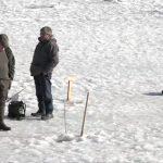"""""""Quái vật phương Đông"""" tràn về khiến người Pháp thích thú câu cá… trên băng"""