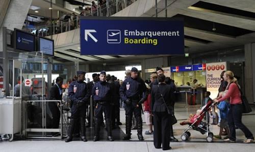 Cảnh sát Pháp gác tại một cổng của sân bay Charles deGaulle năm 2011. Ảnh: Reuters.