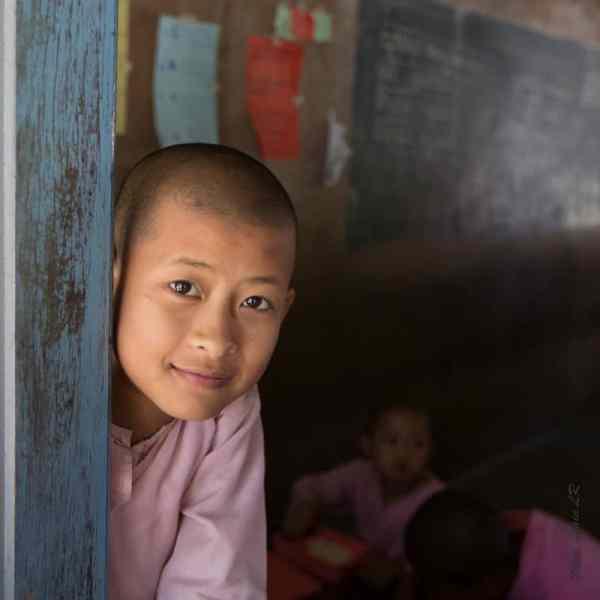 Une élève à la fenêtre de la classe