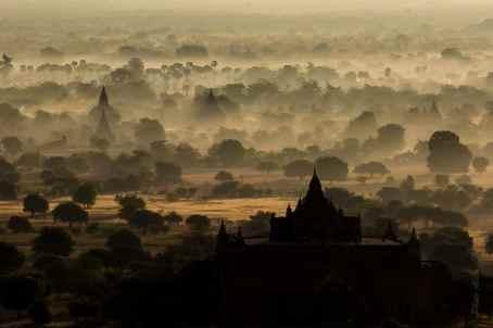 La plaine de Bagan dans la brume du soleil levant