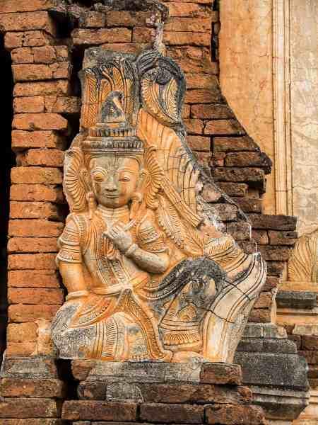 Détail d'une divinité sculptée en bas-relief