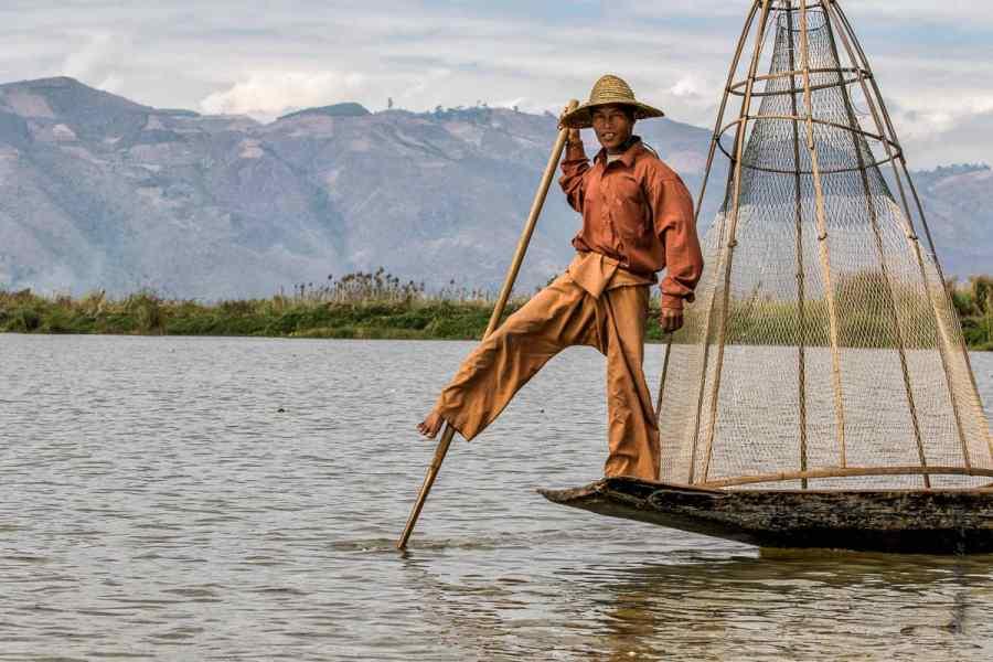 """Un """"pêcheur"""" à l'ancienne fait le show pour les touristes à l'entrée du lac !"""