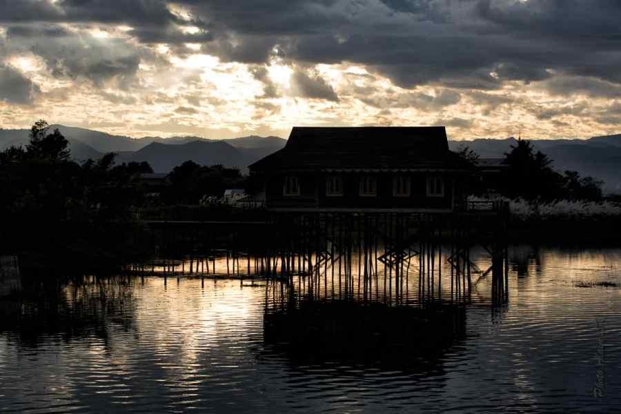 Coucher de soleil sur les montagnes depuis l'hôtel Shwe Inn Tha