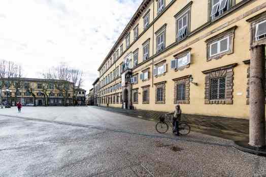 Devant le Palazzo Duccale sur la Piazza Napoléone