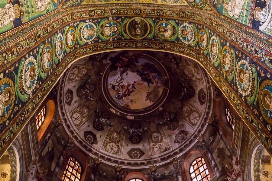 Mosaïque recouvrant l'arcature d'accès à la chapelle de San Vitale