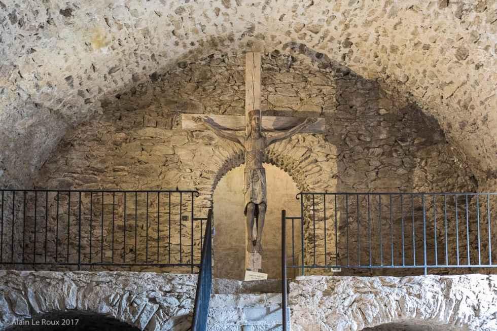Statue en bois du Christ à la sortie du cellier