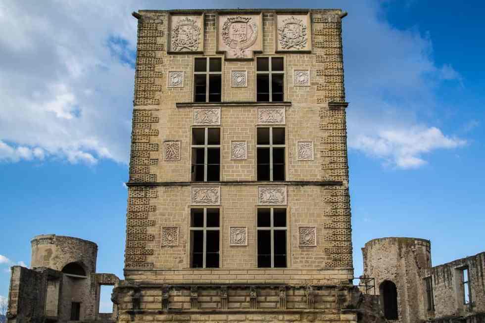 Le donjon dont la façade a été habillée en style renaissance