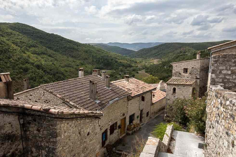 Vue sur la vallée depuis le centre du village de Saint-Thomé