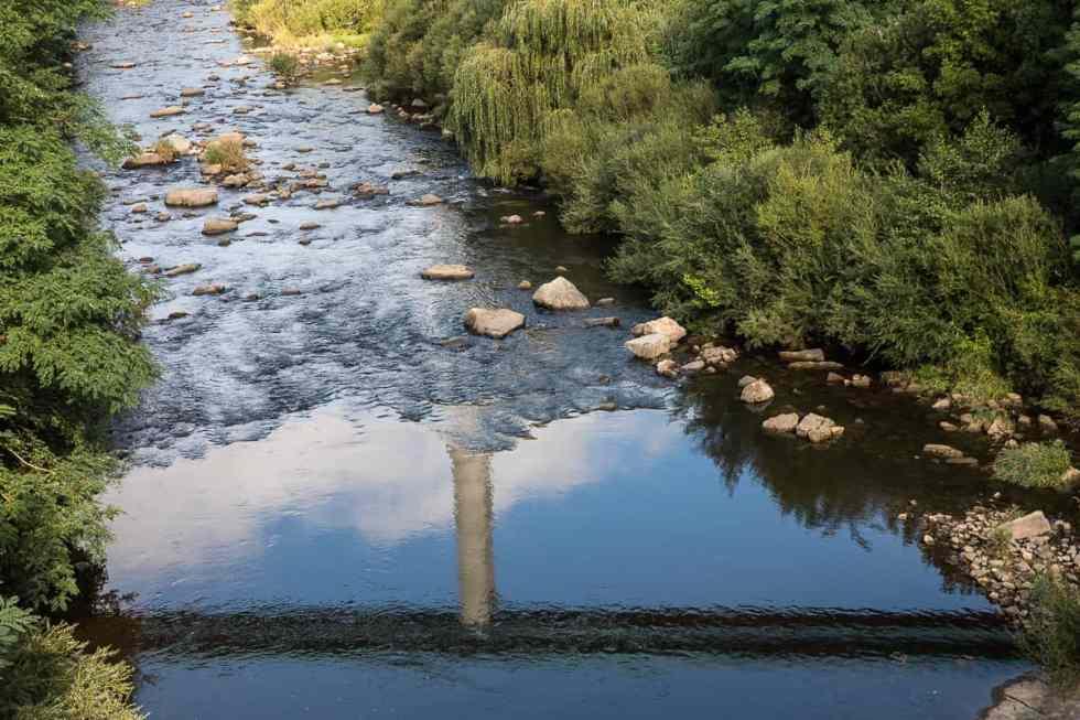 Le viaduc routier se reflète dans le Lignon