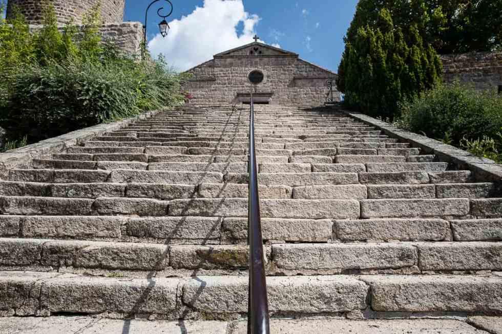 Escalier de montée à l'église de Chambles