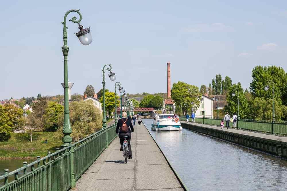 promeneurs sur le pont-canal de Briare