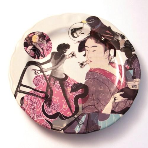 Obra en cerámica de la artista Ana Gomez. Calcomanías de tercer fuego sobre vajilla de producción industrial