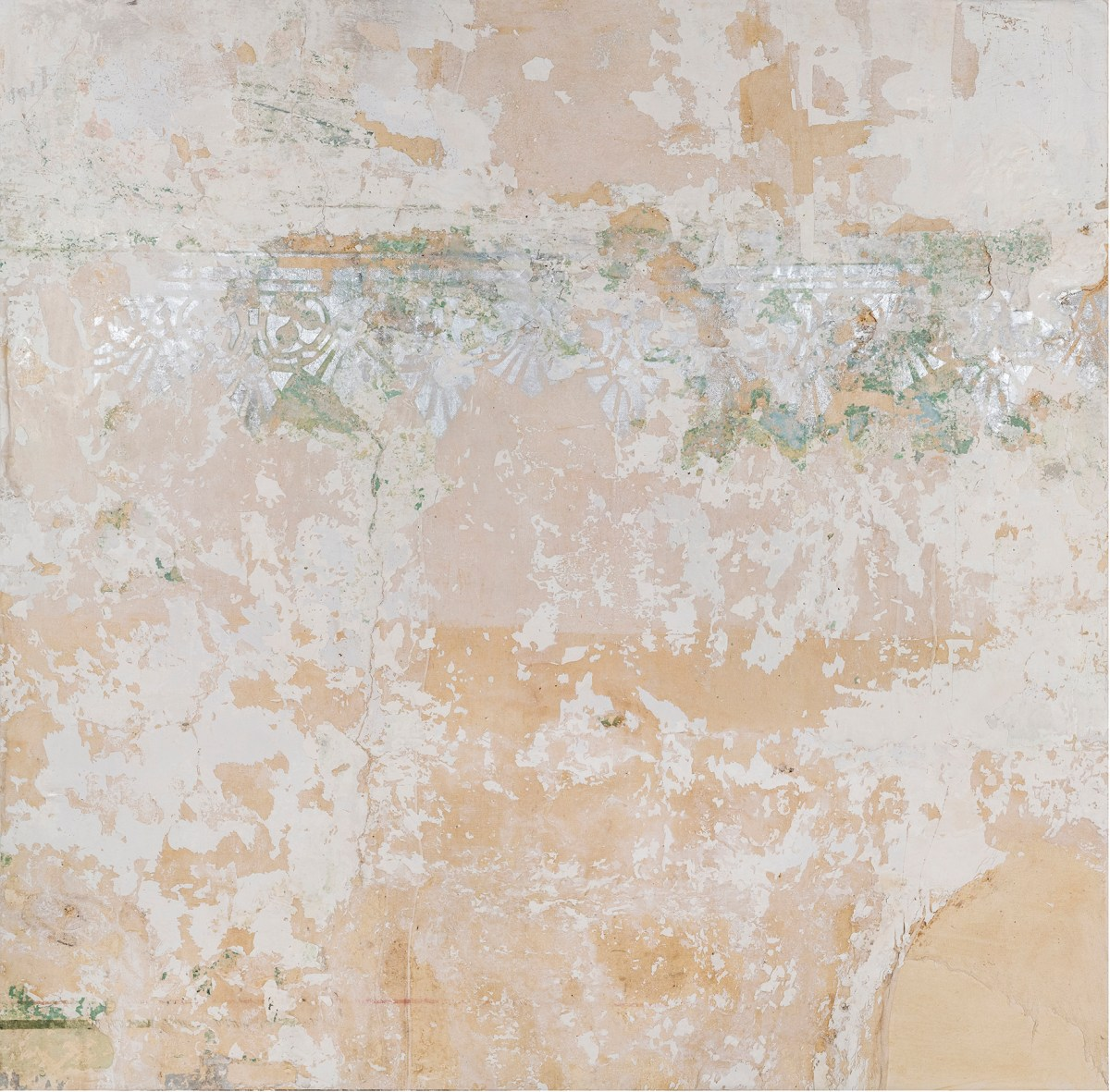 Pintura de la artista María Campiglia. Recuperación de recubrimiento de muro y restauración de cenefa.