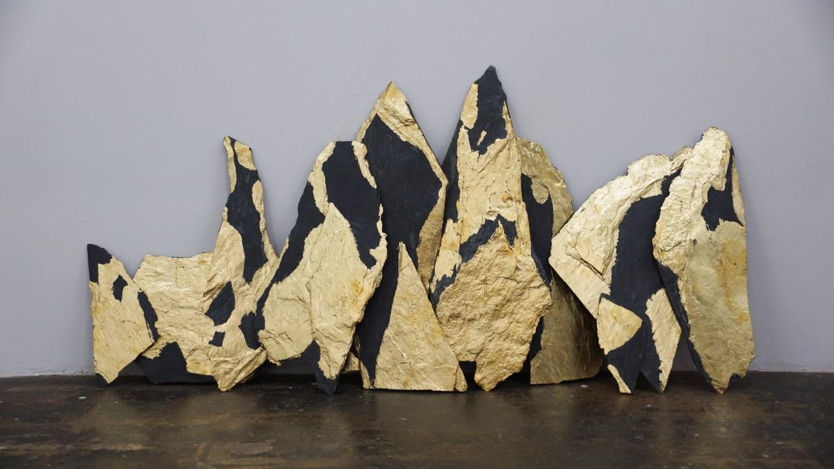 Escultura Lajas de piedra volcánica y hoja de oro del artista Morelos Leon.