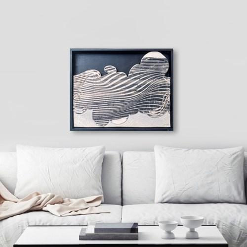 Obra de la artista Ana Gomez colgada sobre sillón de living