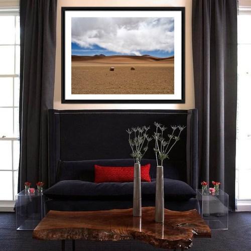 Fotografía del artista Alfredo De Stefano decorando un living