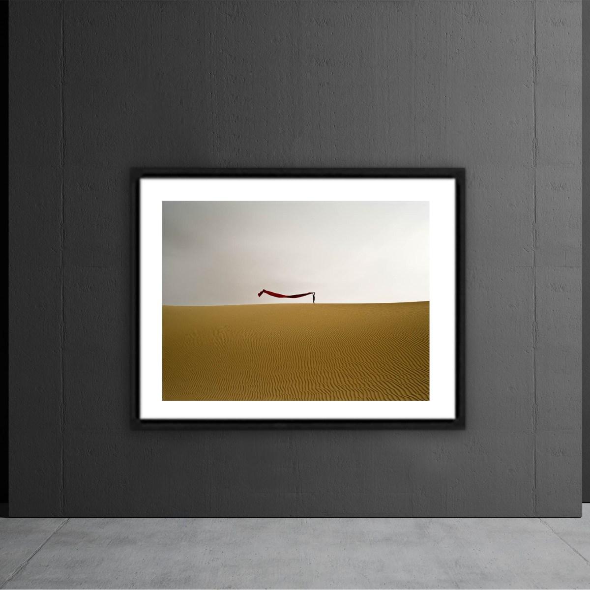 Fotografía del artista Alfredo de Stefano sobre pared gris plomo