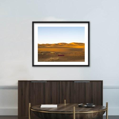 Fotografía del artista Alfredo De Stefano decorando un escritorio