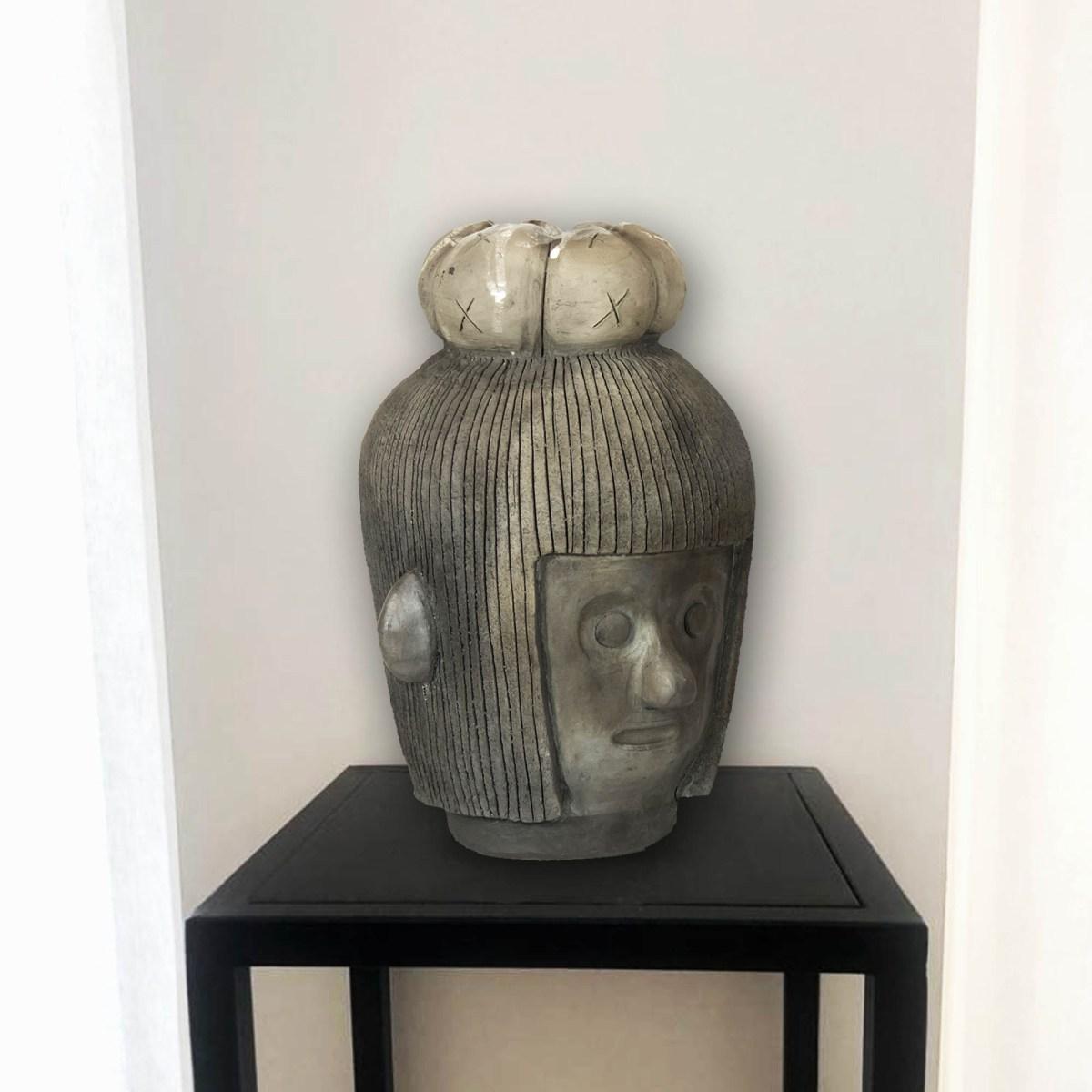 Diego Teo obra sobre base metálica de exhibición