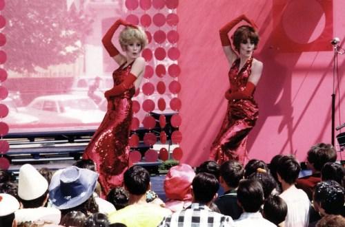 Deux danseuses avec des robes rouges