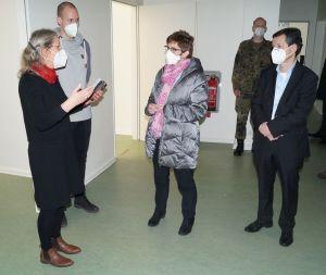 Verteidigungsministerin Annegret Kramp-Karrenbauer zu Besuch im Gesundheitsamt Reinickendorf.