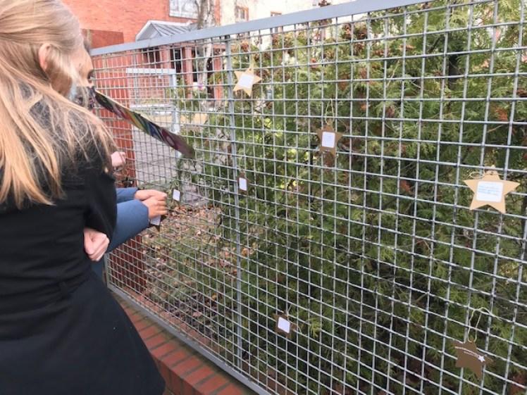 Sterne hängen an einem der Wunschbäume auf dem Gelände der Salvator-Schule.