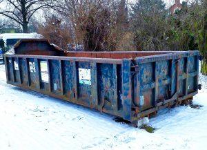 Schrott-Container der Firma Peglow auf dem Fußballplatz des SC Borsigwalde.