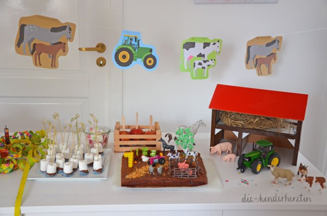 Mottoparty Bauernhof Kindergeburtstag Geburtstagstisch mit Schleichtieren, Kuchen und Süßigkeiten