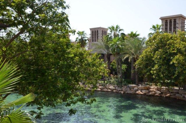 Dubai Unterkunft Dar al Masyaf Wasserstraße und Palmen