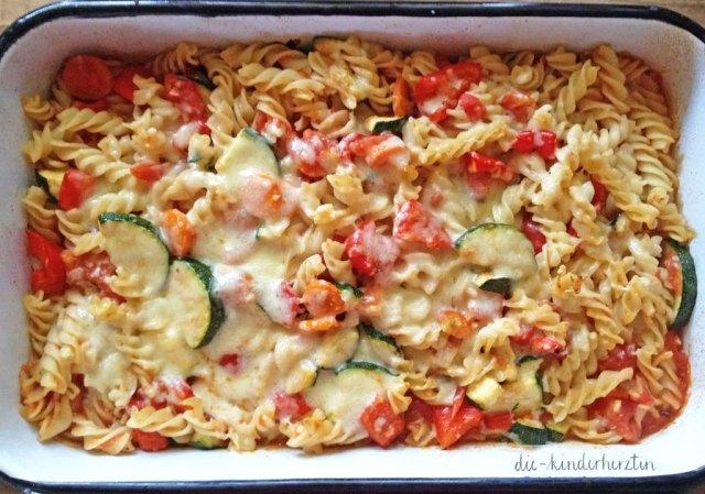 Zubereitung Ofengemüse-Nudel-Auflauf: überbackenes Gemüse mit Nudeln in einer Auflaufform