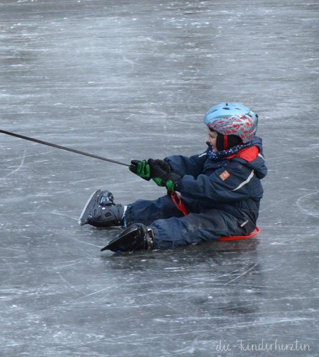 Power für das kindliche Immunsystem: Bewegung an der frischen Luft, Kind mit Schlittschuhen auf Eis