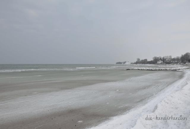 Ostsee im Schnee- und Eisgewand, Halbgefrorenes Meer mit Wellen und verschneiter Küste