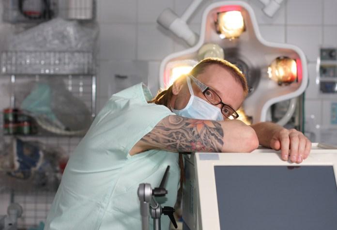 Tattoos Und Piercings In Der Pflege Die Pflegebibel