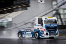 Noch nicht so schnell wie gewohnt: Dem vielmaligen Europameister Jochen Hahn fehlen noch Schlechtwettererfahrungen mit seinem starken Iveco. © Truckrace