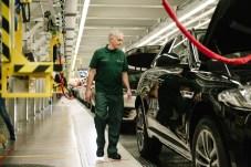 Der portugiesische Erfolgscoach schaut sich die Produktion des F-Pace aus nächster Nähe an - aus gutem Grund. © Jaguar