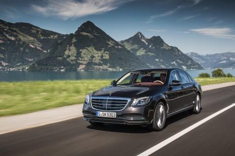 Das Flaggschiff mit dem Stern erhält ein Technik-Update: Die S-Klasse unterstützt den Fahrer mit teilautonomen Fahrfunktionen nun noch mehr als zuvor. © Daimler