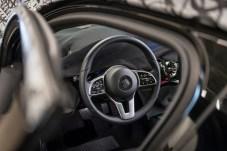 Geheime Kommandosache: Bis auf das Lenkrad bleibt im Innenraum der neuen Mercedes A-Klasse noch vieles im Verborgenen. © Daimler