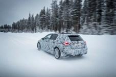 Die neue Mercedes A-Klasse ist zwölf Zentimeter länger und ein Stück breiter als bisher. Das Einstiegsmodell in die Stern-Welt behält aber Design und Proportionen des Ahnen. © Daimler