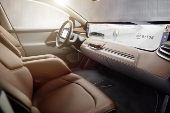 """Symbol für den massiven Einsatz digitaler Technik für Kommunikation innerhalb des Fahrzeugs ist das über fast die volle Wagenbreite (125 cm x 25 cm) reichende Display, das mit drei weiteres Displays eine """"Shared Experience""""-Einheit bildet. Foto: Auto-Medienportal.Net/Byton"""