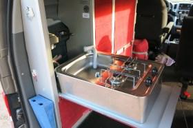 Der Küchenblock im Zoom umfasst Spüle, Kocher und Stauschränke. Foto: Auto-Medienportal.Net/Michael Kirchberger