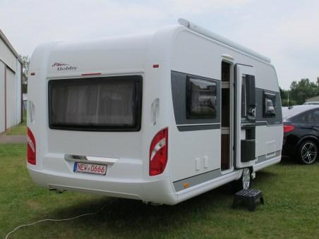 Der Hobby-Caravan Excellent glänzt nicht zuletzt mit einer verbreiterten Eingangstür.