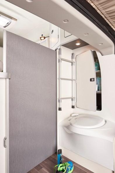 Dank der gewachsenen Länge bietet das Heck des Fahrzeuges erstmals eine fest eingebaute und mit Sichtschutz abschirmbare Toilette