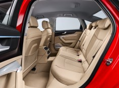Der Innenraum des neuen Audi A6 ist noch großzügiger geschnitten als beim Vorgängermodell. Hinsichtlich der Beinfreiheit hinten übertrifft er sowohl den Vorgänger als auch die Kernwettbewerber. Foto: Audi