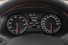 Beruhigendes Gefühl: Die beiden Tankuhren zeigen die Gas- und Benzinvorräte an – bei vollen Tanks werden fast 2.000 km Reichweite angezeigt. © Seat