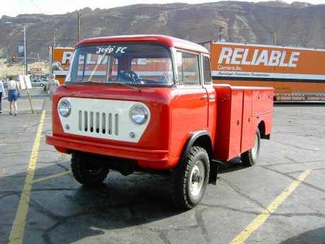 Über dem Motor saß der Fahrer beim Jeep FC vor unterschiedlichen Aufbauten.